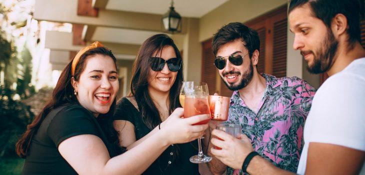 verre cocktail entre amis